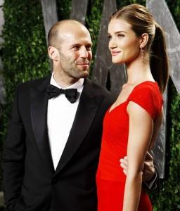 homme et femme portent